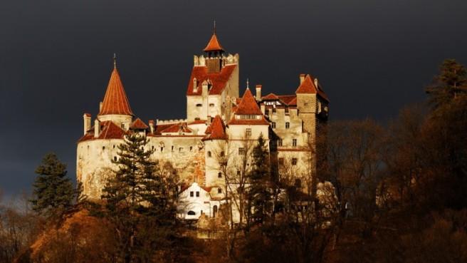 Il castello di Bran al confine tra Transilvania e Valacchia, in Romania. Ad esso s'ispirò Stoker per la descrizione della residenza di Dracula. Ma non è il vero castello di Vlad III