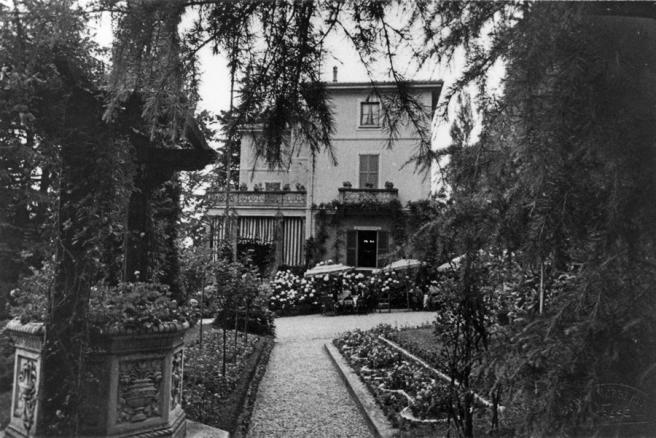 La casa di Morselli sul poggio di Santa Trinità al Sasso a Gavirate, costruita dal padre secondo un suo progetto. Morselli si occupava dell'ampio giardino e produceva persino un vino, etichettato come